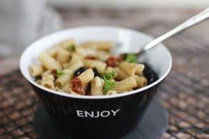 Mediterraner Nudelsalat mit getrockneten Tomaten, Oliven, Mozzarella