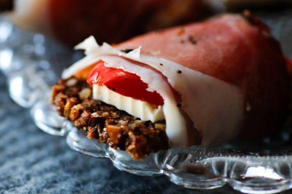 Canapes Rezept Schwarzwälder Schinken mit Feta und gegrillter Paprika