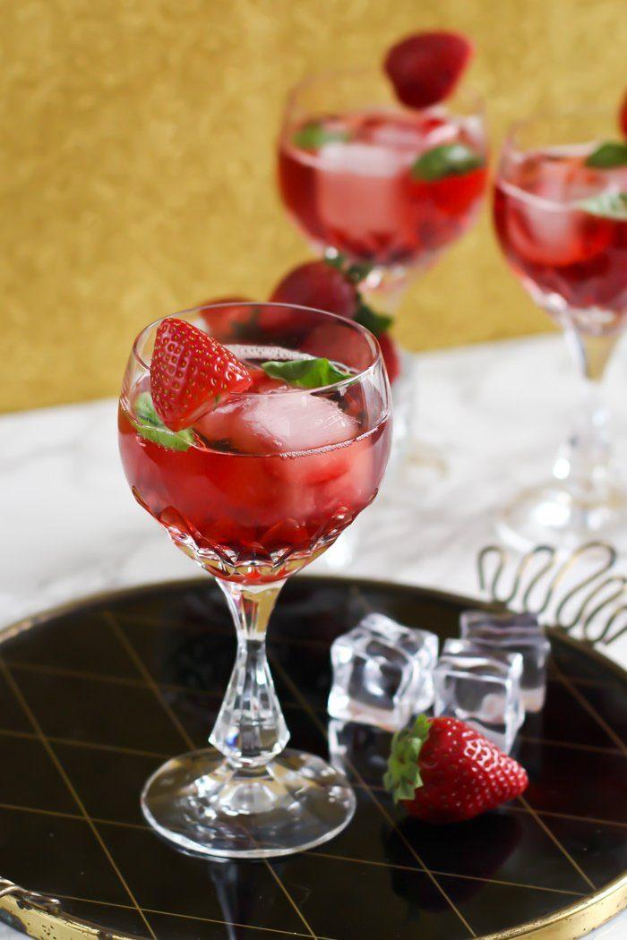 sommergetr nk 2017 gin tonic cocktail mit erdbeer lik r und basilikum. Black Bedroom Furniture Sets. Home Design Ideas