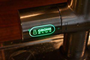 Grünes Licht steht für Sprudel Wasser