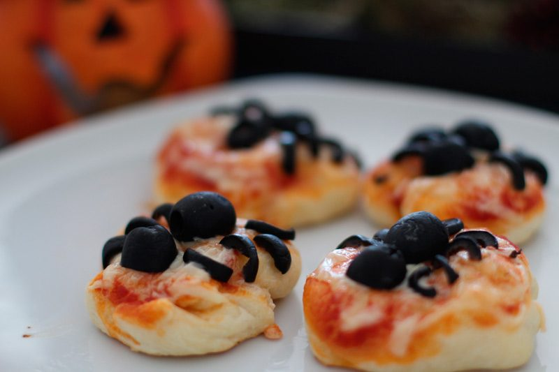 halloween snack spider pizza mini pizzen die k che brennt. Black Bedroom Furniture Sets. Home Design Ideas
