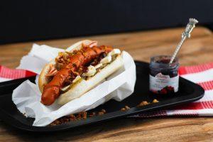 Hotdog zubereiten: Pimpen mit Camembert und Beerensenf