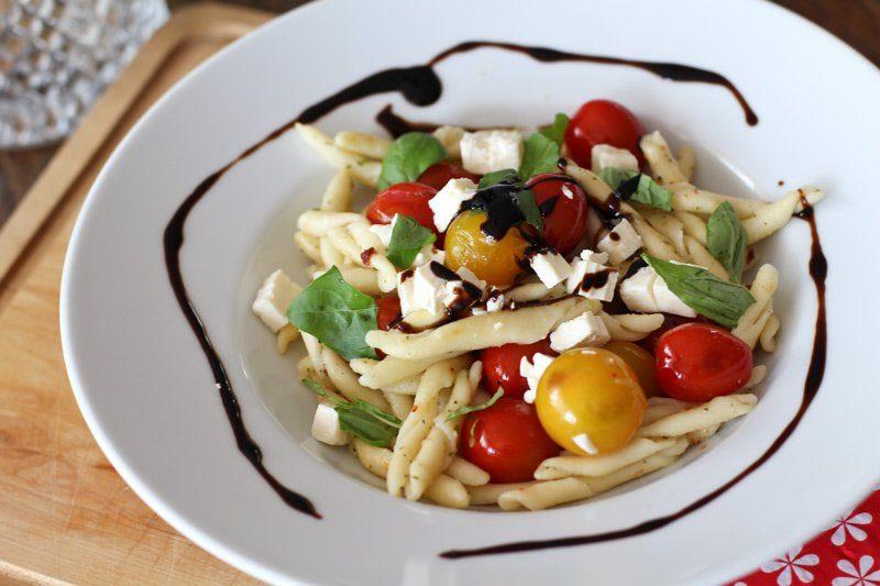 Italienische Pasta mit Tomaten, Knoblauchkräuterbutter & Feta