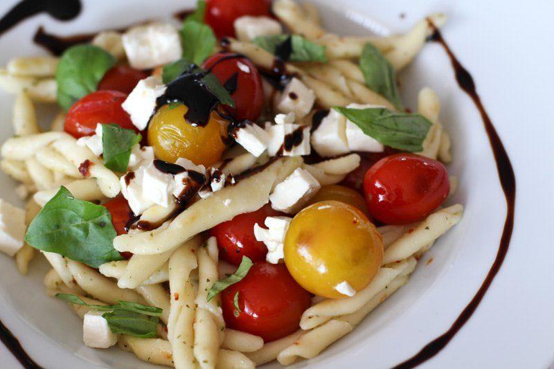 Tomaten, Knoblauchkräuterbutter & Feta