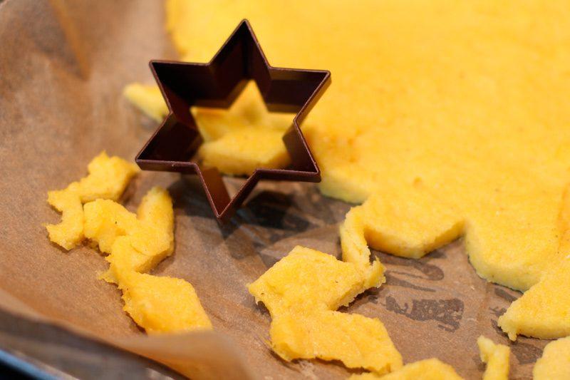 Gekräutertes Rinderfilet mit Polenta Sternen und Speckerbsen