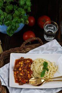 Nudeln mit Mais und Tomaten