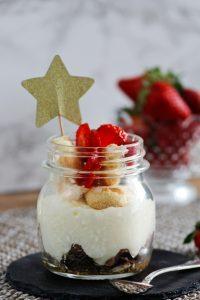 Schnelles Dessert im Glas mit weißem Schokolade Mousse