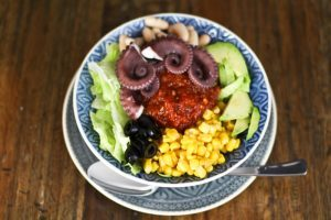 Buddha Bowl Salat mit Tintenfisch und Camelina Öl
