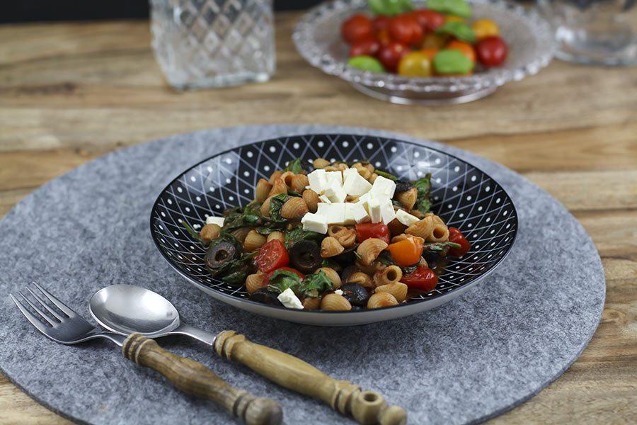 schnelles nudel rezept mit spinat feta und tomaten. Black Bedroom Furniture Sets. Home Design Ideas