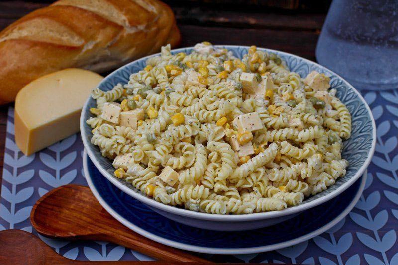 Klassisches Rezept: Nudelsalat mit Mayonnaise und Creme Fraiche