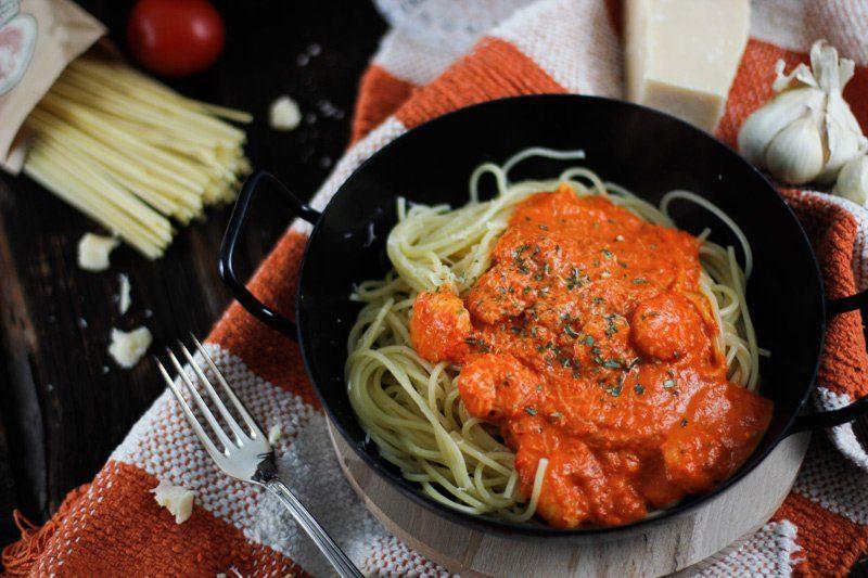 Spaghetti mit gebratener Paprika Soße und Shrimps