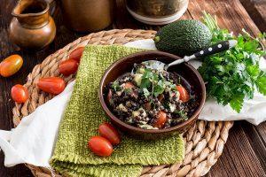 Schwarzer Linsensalat mit Avocado, Feta und Tomaten