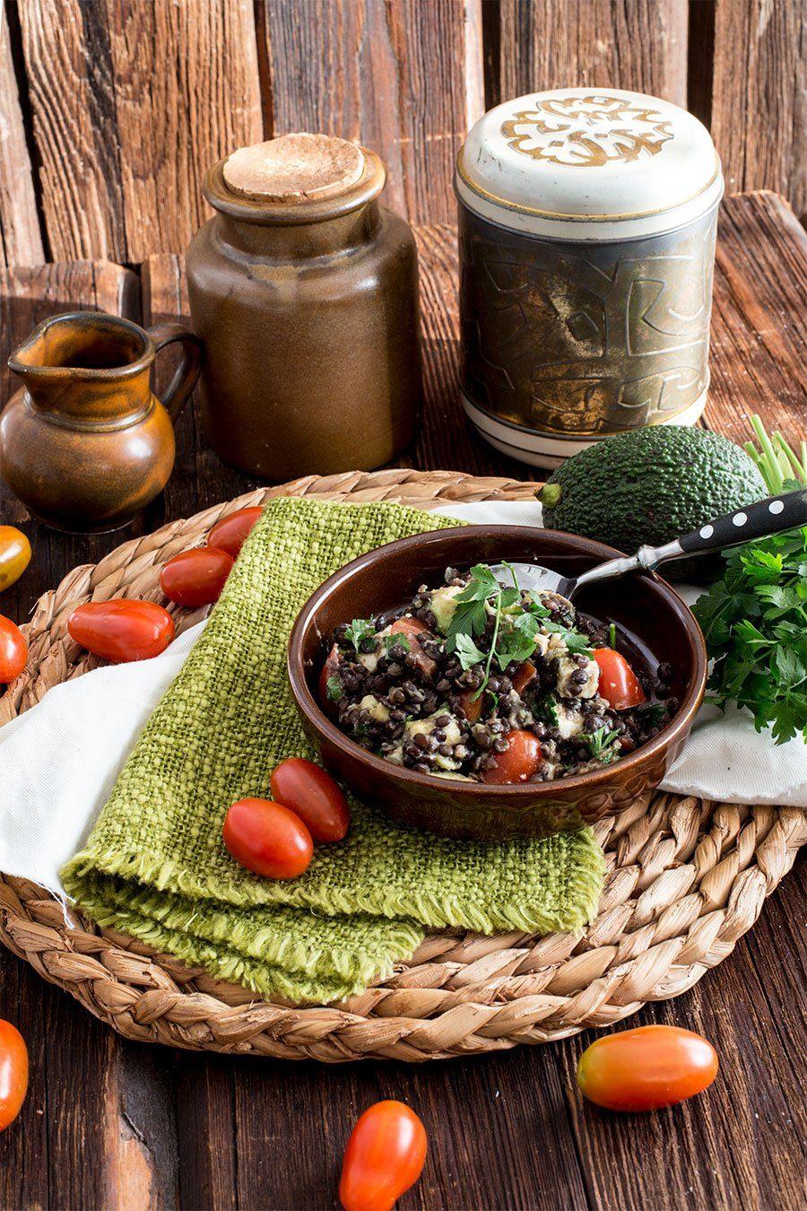 schwarzer linsensalat mit avocado feta und tomaten die. Black Bedroom Furniture Sets. Home Design Ideas
