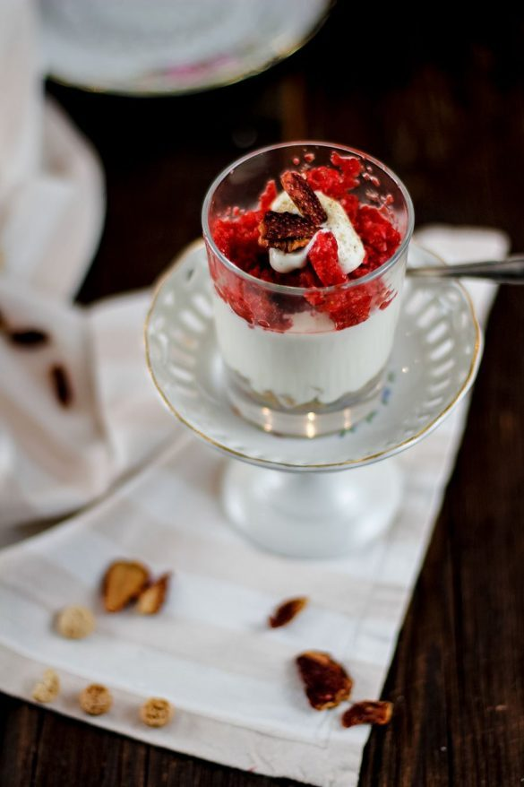 Weißes Schokomousse mit Amarettinis & Erdbeerpüree