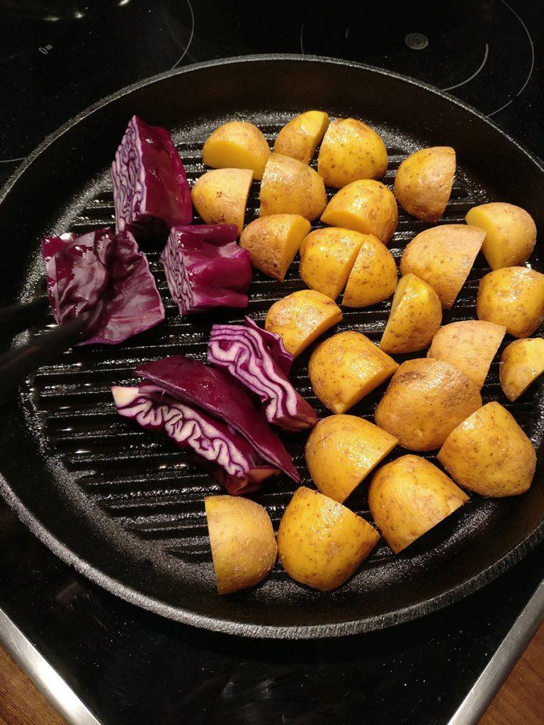 Deftiges Winter Gulasch Rezept mit Kartoffeln, Rotkohl & Sellerie