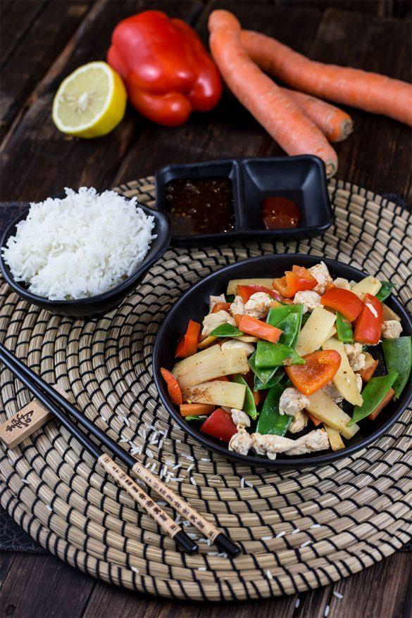 Hähnchen Gemüse Wok Rezept mit Paprika, Bambussprossen und Zuckerschoten