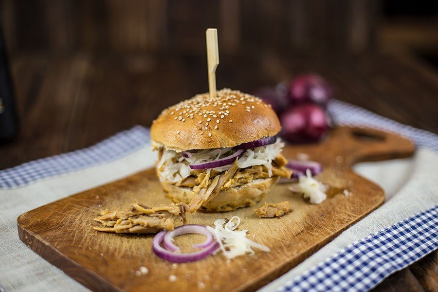 pulled chicken burger rezept mit krautsalat die k che brennt. Black Bedroom Furniture Sets. Home Design Ideas