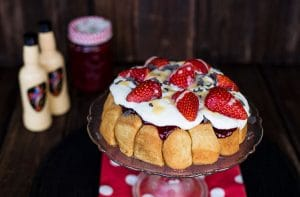 Monkey Bread Rezept mit Eierlikör & Erdbeeren