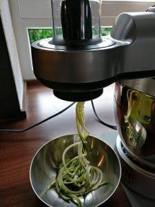 Zucchini Zoodles Rezept mit Aubergine, Oliven und Pinienkernen