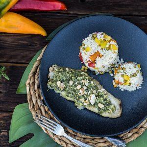 Welsfilet mit Kräuter-Cashew-Parmesan Kruste und Gemüsereis