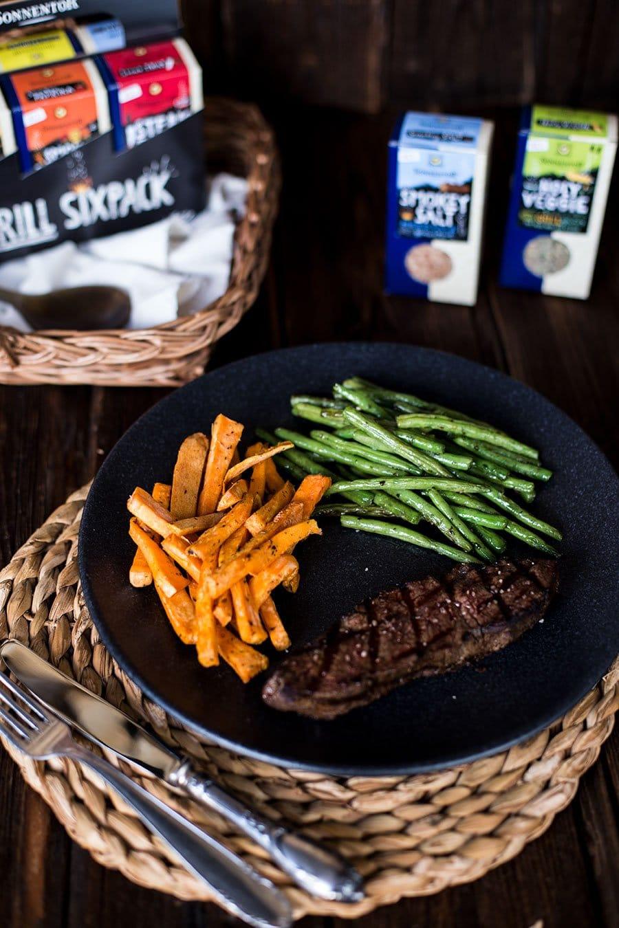 Süßkartoffelpommes vom Grill - dazu Roastbeef und Bohnen mit SONNENTOR Grill Sixpack