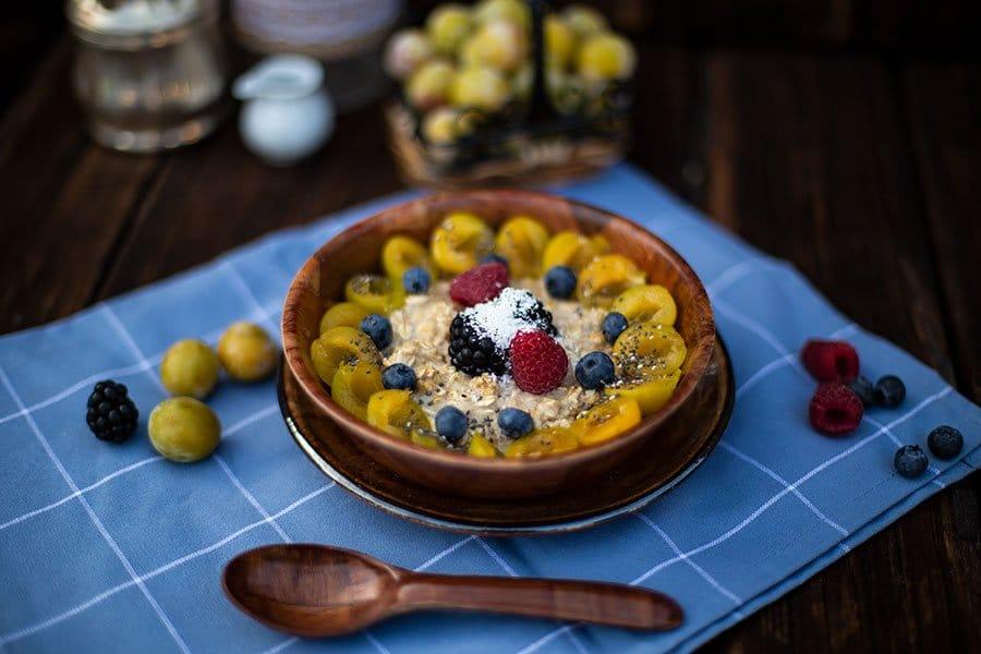 Frühstücks Porridge mit Zimt-Zucker Geschmack und Mirabellen