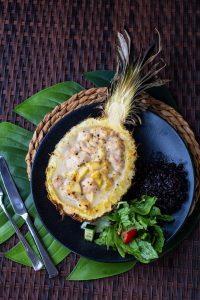 Hähnchencurry in der Ananas grillen