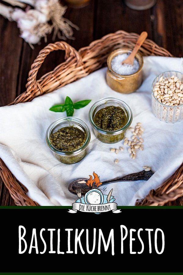 Einfaches Basilikum Pesto mit Pinienkernen und Parmesan