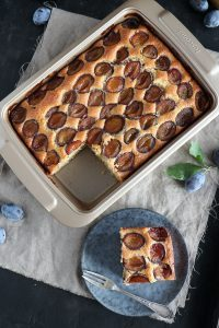 Einfacher Zwetschgen Blechkuchen - Rezept für fluffigen Boden ohne Hefe