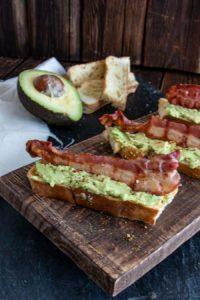 fingerfood avocado bacon mini baguettes rezept