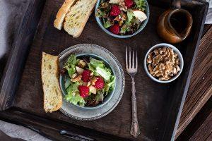 Vorspeise fruchtiger Wintersalat - Rezept mit Himbeeren, Äpfeln und Nüssen