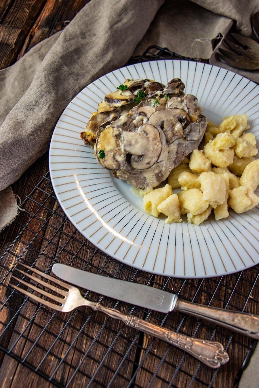 Camembert Braten Rezept (Schweinenacken) mit Pilzen und Käsesoße