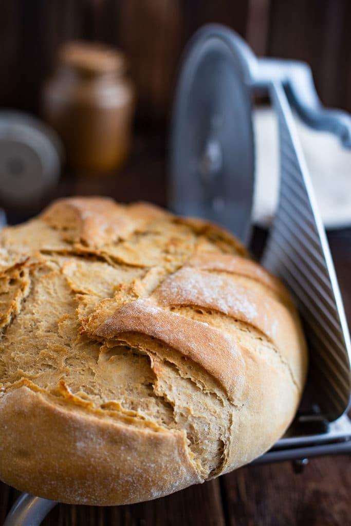 Brot per Hand aufschneiden