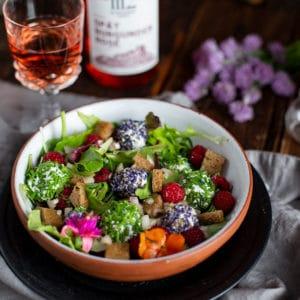 Bunter Sommersalat mit Quarkbällchen und Croutons Rezept
