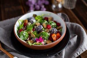 Sommerlicher Salat mit Beeren