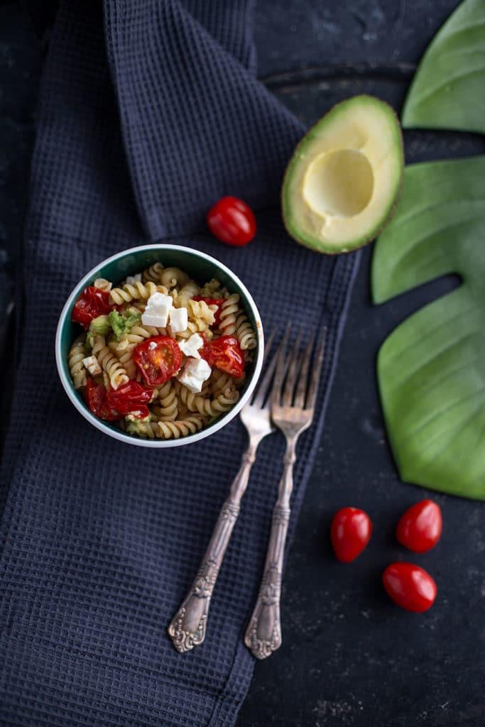 Feta Avocado Nudeln mit gebratenen Tomaten – Pasta Rezept