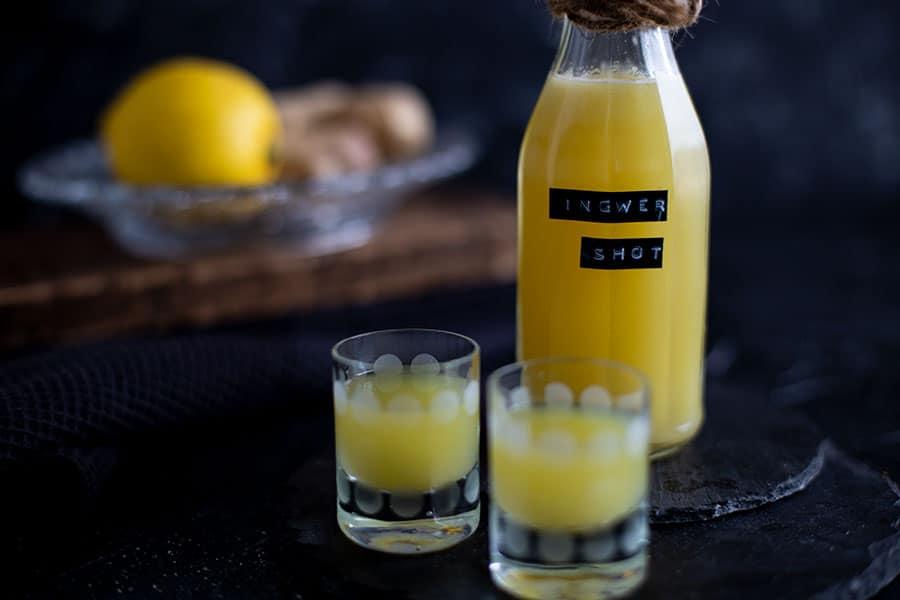 Power Shot mit Zitrone und Ingwer aus dem Entsafter