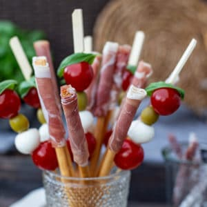 Italienisches Fingerfood - Tomate Mozzarella Spieße und Schinken Crissinis