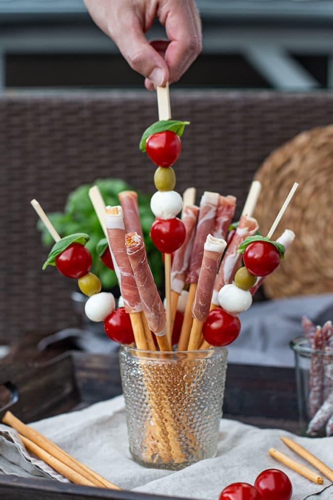 Italienisches Fingerfood – Tomate Mozzarella Spieße und Schinken Crissinis