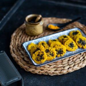 Kurkuma Cracker mit Parmesan
