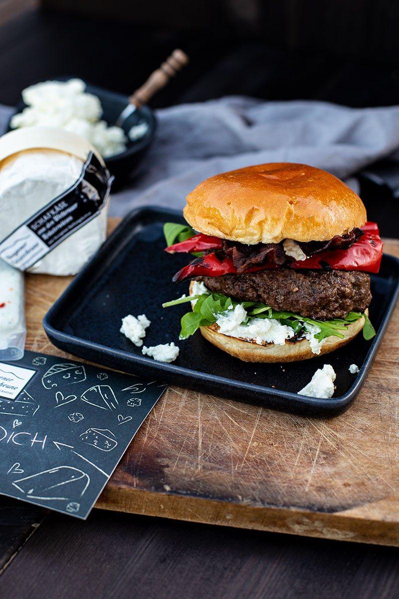 Burger Rezept mit Paprika, Bacon und Schafskäse Creme der Käsescheune