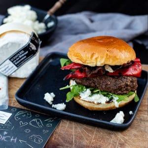Rindfleisch Burger Rezept mit gegrillter Paprika, Bacon und Schafskäse Creme der Käsescheune