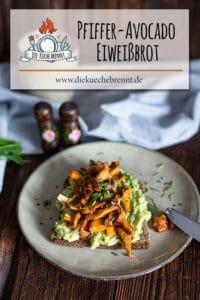 Getoastetes Eiweissbrot mit Avocado und Knoblauch Pfifferlingen