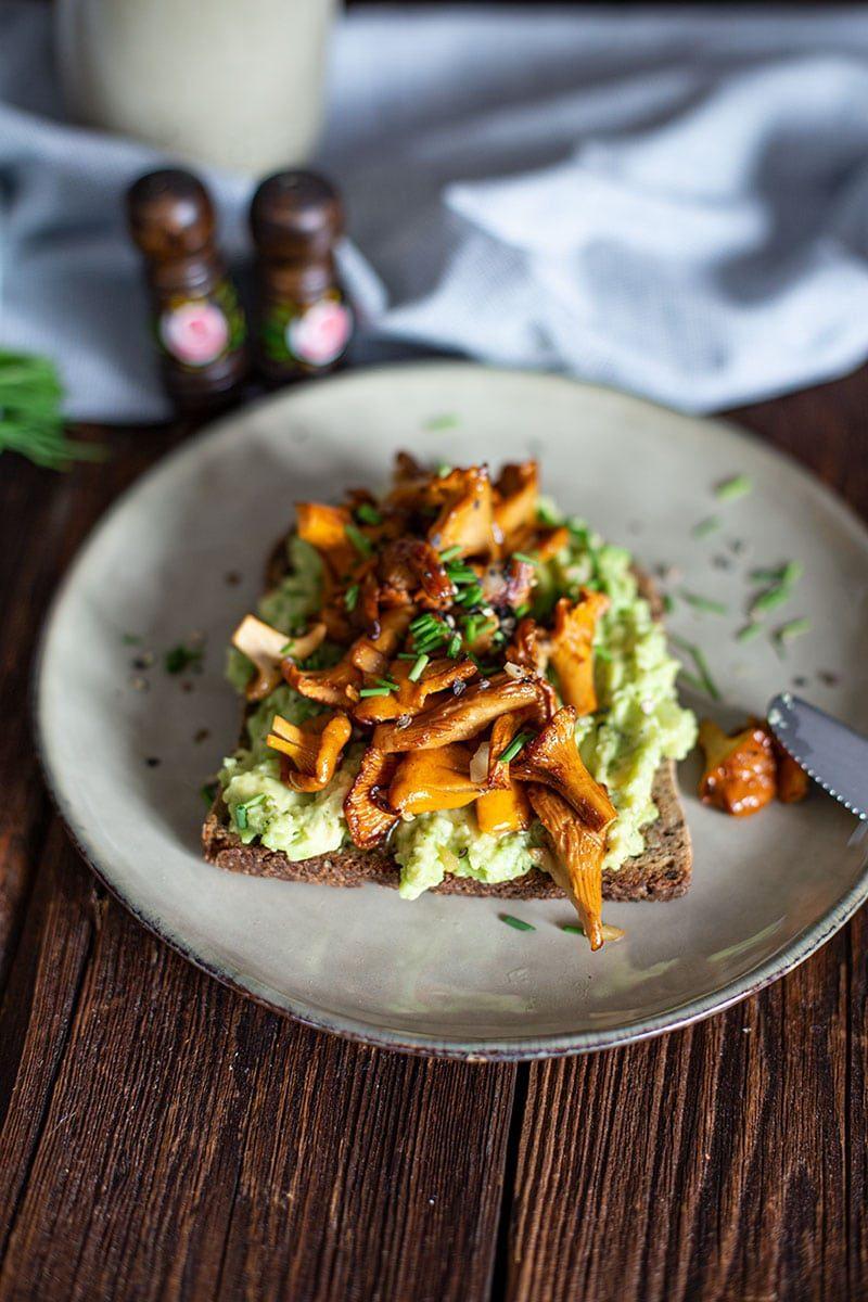 Pfifferling Rezept – Eiweissbrot mit Avocado und Knoblauch Pfifferlingen