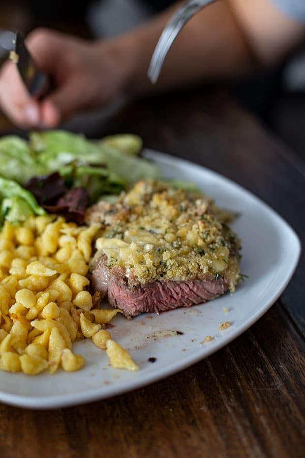 Überbackenes Steak Rezept – Steak mit Käsekruste und Semmelbröseln