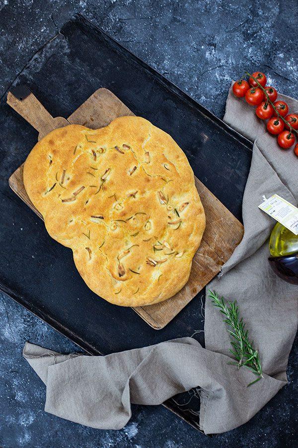 Focaccia nach Jamie Oliver – Rezept mit Rosmarin und Knoblauch