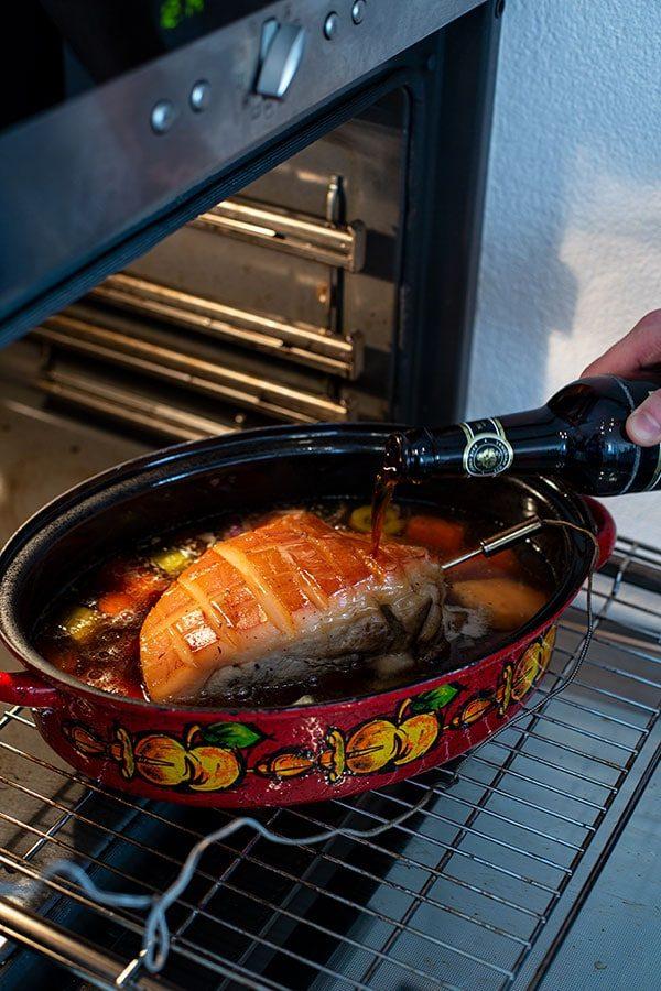 Bayrischer Krustenbraten mit Bier – Einfaches Rezept mit Schwarzbier