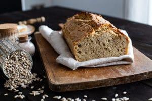Selbstgebackenes Brot mit Kernen