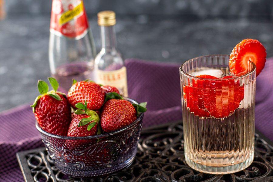Fruchtiger Drink mit Erdbeeren