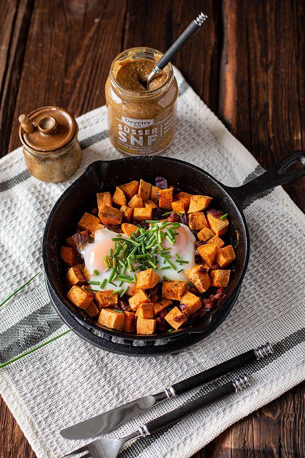 Deftiges Bauernfrühstück Rezept mit Süßkartoffel, Ei und Speck